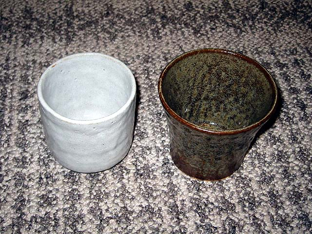 湯飲み:土:信楽荒土 (右)釉薬:蕎麦釉 湯飲み:土:唐津梅崎 (左)釉薬:志野釉